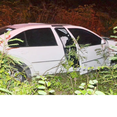 Tres heridos al salirse auto de la carretera en FCP; los salvaron los cinturones y las bolsas de aire
