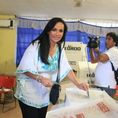 Acude a votar Laura Fernández en medio de abucheos en Puerto Morelos