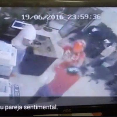 Cámara de seguridad graba a un hombre atacando a su pareja con un desarmador en un cibercafé de Playa del Carmen