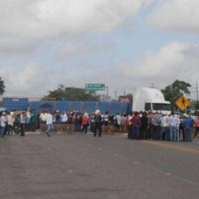 EL SURESTE ESTRANGULADO: Cumple 24 horas bloqueo de maestros en la carretera Villahermosa-Escárcega