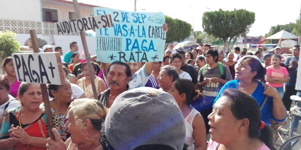 REVIENTAN CON LACRIMÓGENO PROTESTA EN JMM: Reclaman ex trabajadores del Ayuntamiento indemnización de hace 3 años y los frenan con policías