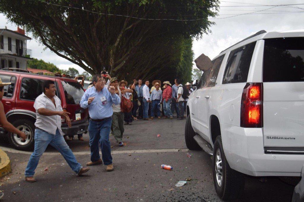 Momento en que integrantes de los 400 Pueblos agreden la camioneta en la que viajaban dirigentes del PAN y el gobernador electo, Miguel Ángel Yunes. Ricardo Anaya acusó al gobernador Javier Duarte.