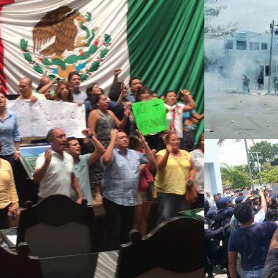 """ESTALLA ZAFARRANCHO EN EL CONGRESO: Adentro, manifestantes toman tribuna; afuera, batalla campal entre policías y ciudadanos por blindaje a Borge; condena Gobernador violencia; quienes protestan """"no aman a QR"""", dice"""