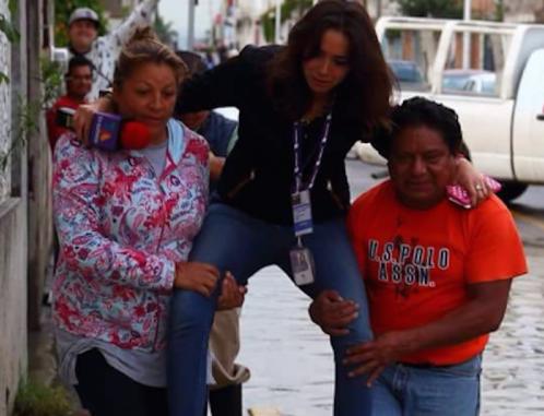 Cargan a reportera de TV Azteca para que no se moje sus pies en calle inundada y le llueven las críticas