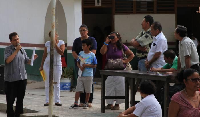 Padres de familia cierran escuela primaria en Chetumal; no reconocen calificaciones de maestro cesado y los niños pierden