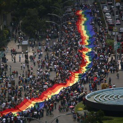 SE PINTA DE ARCOIRIS LA CIUDAD DE MÉXICO: Multitudinaria marcha reivindica derechos homosexuales; se une la embajadora de EU a la manifestación