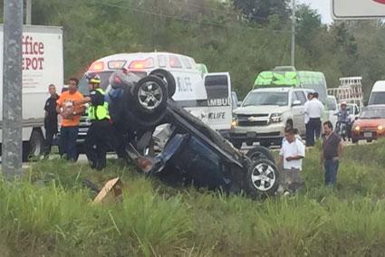 Deja 4 heridos una volcadura por pavimento mojado en la carretera Cancún-Puerto Morelos