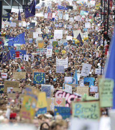 """""""LOS POLÍTICOS NOS HAN METIDO EN ESTE FIASCO"""": Miles salen a las calles de Londres para tratar de evitar la salida de Reino Unido de la Unión Europea"""