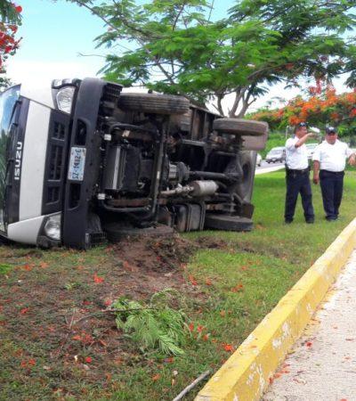 Por aceite derramado, vuelca camioneta en la carretera en la salida norte de Playa del Carmen