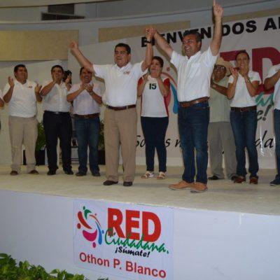 Eduardo Ovando alza la mano para dirigir al PRI