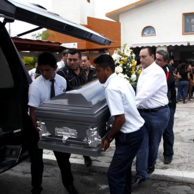 CARGA 'BETO' CON LOS RESTOS DE ISAÍAS CAPELINE EN CHETUMAL: Acude Borge al sepelio de su ejecutado director de Gobernación y culpa a la 'delincuencia'