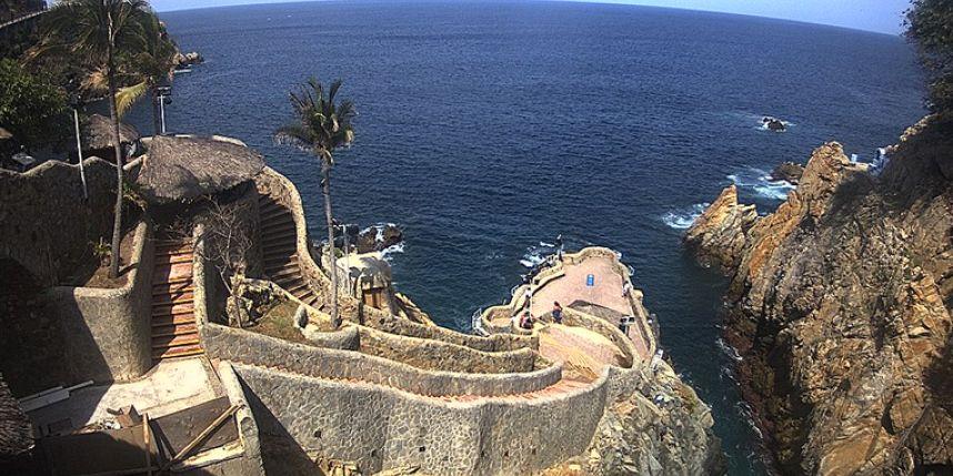 DESLAVE DE TIERRA EN LA QUEBRADA: Reportan que lluvias provocaron el cierre parcial de parador turístico en Acapulco