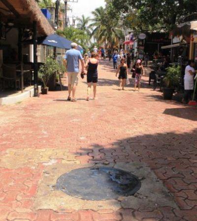 Se desborda el drenaje en la Quinta Avenida de Playa del Carmen