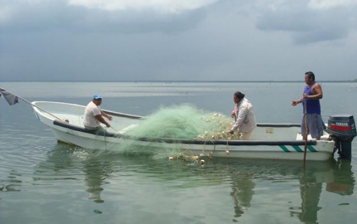 Naufraga lancha al chocar contra base de un puente y mueren 2 pescadores en Paraíso