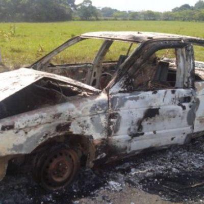Mutilado y quemado, hallan a encajuelado en auto incendiado en carretera de Tabasco