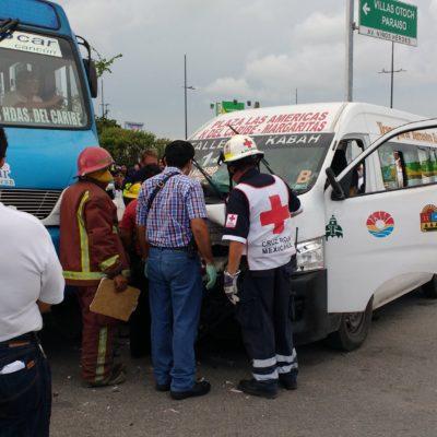 OTRO ACCIDENTE ENTRE 'COLECTIVOS': Van de la empresa TTE choca contra autobús de Autocar con saldo de 8 lesionados en Cancún