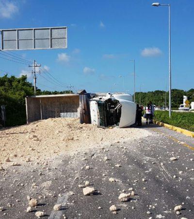 ATASCO EN LA CARRETERA: Se vuelca volquete con sascab y bloquea el paso en la vía Cancún-Puerto Morelos