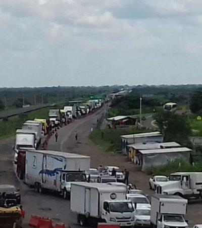Bloqueo de estudiantes y maestros causa impresionante caos en carretera Cárdenas-Coatzacoalcos