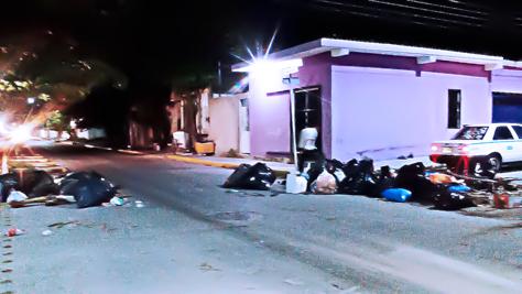 OCASO DE UN GOBIERNO ENTRE LA BASURA: Ante el colapso del servicio, dejan desechos en medio de las calles en Playa; culpan a Mauricio y a 'Rafa' Castro