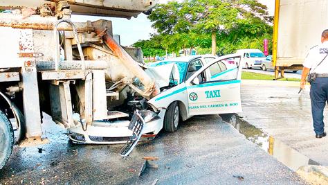 CHOCA TAXI CONTRA CAMIÓN: Aparatoso accidente frente al hotel Mayakoba