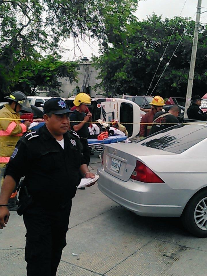 OTRO APARATOSO CHOQUE DE UNA URVAN EN CANCÚN: Al menos 11 heridos al volcar unidad de Transporte Terrestre Estatal en la Región 230