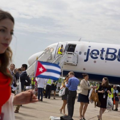 Aterriza en Santa Clara el primer vuelo comercial entre EU y Cuba en más de medio siglo