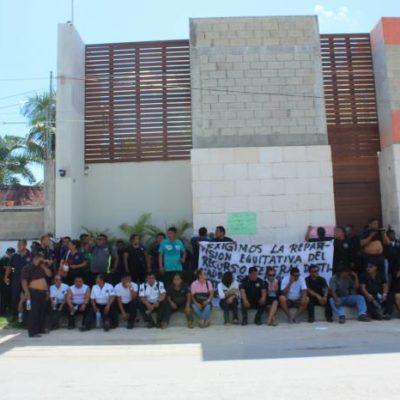 ENOJO DE POLICÍAS EN TULUM: Uniformados marchan y lanzan huevos y basura contra la casa del alcalde David Balam
