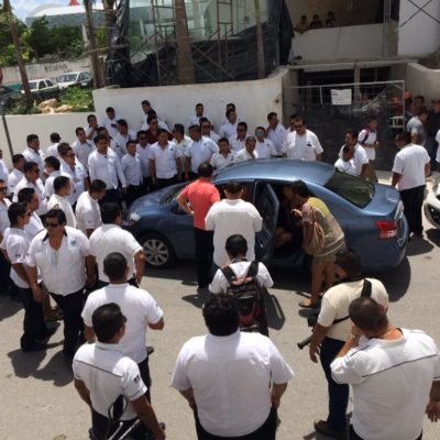 ARRANCA UBER EN QR Y SE DESATA CACERÍA: A contracorriente, comienza a operar empresa privada de taxis en Cancún; detienen unidades en Playa