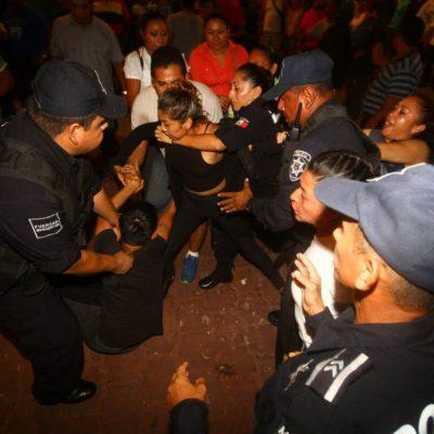 'GRITA' Y REPRIME BORGE EN CANCÚN: Detienen policías a jóvenes que protestaban durante ceremonia de Independencia en la Plaza de la Reforma