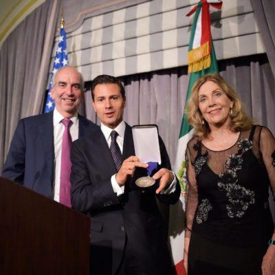 NO ES BROMA: Dan a Peña Nieto en Nueva York el 'Premio al Estadista 2016'