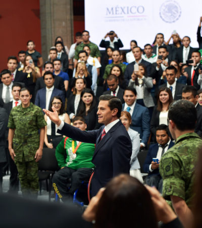EL AUTOCOMPLACIENTE CIRCO DEL PRESIDENTE: Peña Nieto y su puesta en escena ante un grupo de acarreados para suplir Informe