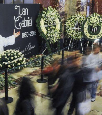 """""""LA ORQUESTA SEGUÍA TOCANDO Y CANTANDO"""": Termina homenaje a Juan Gabriel en Bellas Artes; llevan sus cenizas a Juárez"""