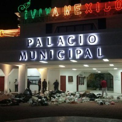 ENFURECEN PLAYENSES | TIRAN BASURA EN EL PALACIO: Al igual que hace 3 años, el gobierno termina entre desechos por colapso de los servicios públicos