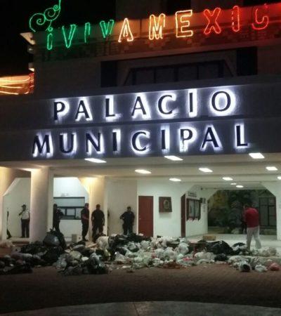 ENFURECEN PLAYENSES   TIRAN BASURA EN EL PALACIO: Al igual que hace 3 años, el gobierno termina entre desechos por colapso de los servicios públicos