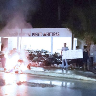 REVUELTA EN PUERTO AVENTURAS POR LA BASURA: Pobladores tiran y queman desechos frente a la delegación municipal ante colapso del servicio