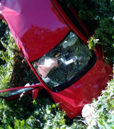 TERMINA CON TODO Y AUTO ENTRE LA MALEZA: Mujer salva la vida tras aparatoso accidente afuera de Playa del Carmen
