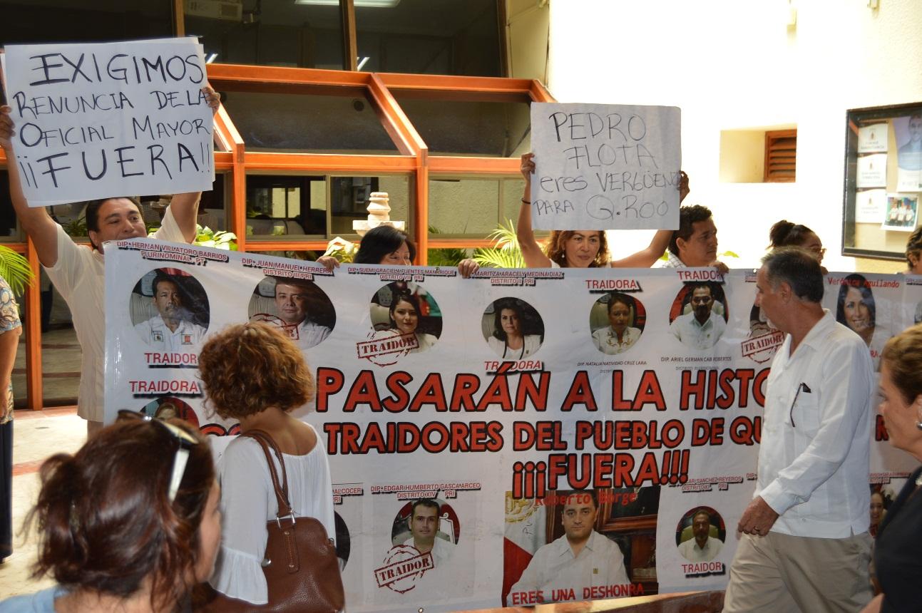 "DESPIDEN CON GRITOS DE ""¡FUERA!"" A DIPUTADOS: Acusan de ""traidores"" a legisladores que avalaron 'paquete de impunidad' de Borge"