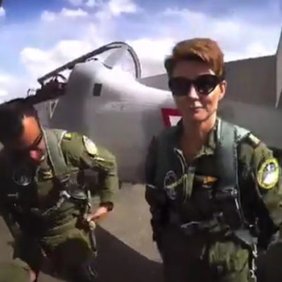 Presume Denise Maerker uniforme e insignias militares; es un delito
