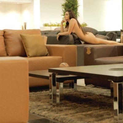 Usa mueblería '100% puro cuero' y provoca la ira de un grupo feminista