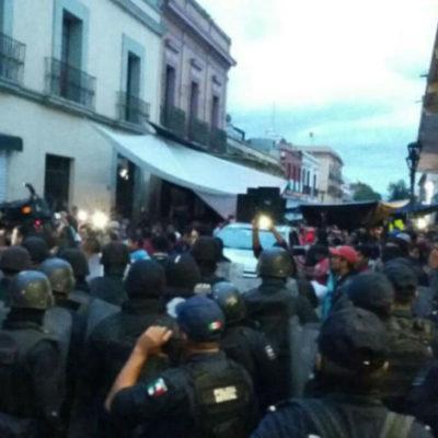 Se enfrentan policías y maestros en Oaxaca en la noche del Grito