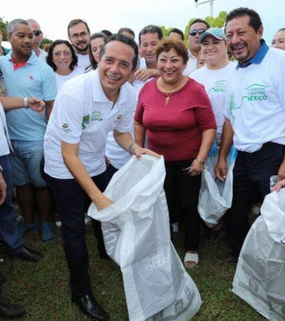 SALE GOBERNADOR A LIMPIAR LAS CALLES: Da Carlos Joaquín banderazo en Bacalar a programa de limpieza de una televisora