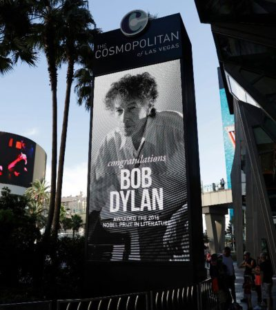 BOB DYLAN NO SE DA POR ALUDIDO: El Premio Nobel de Literatura dio un concierto en Las Vegas como si nada