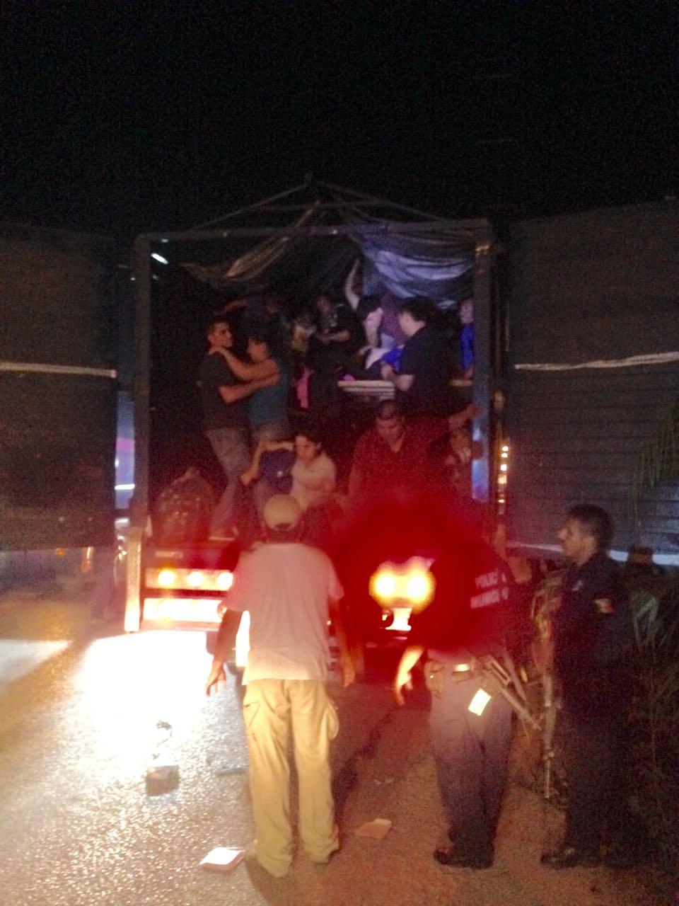 VIAJABAN 100 HACINADOS EN UN CAMIÓN: Rescatan a inmigrantes centroamericanos en carretera de Tabasco