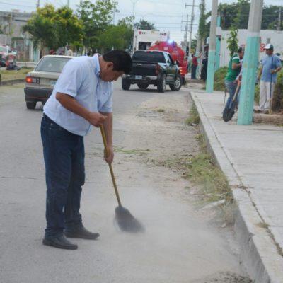 LE TOCA A ALCALDE BARRER LAS CALLES: Se suma Luis Torres a jornada de limpieza en colonias de Chetumal