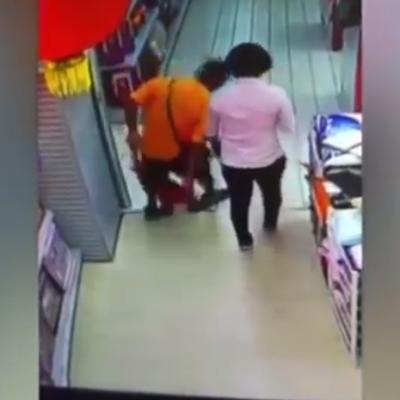 VIDEO | Un hombre provoca accidentalmente la muerte de su hijo al caerle encima en un supermercado