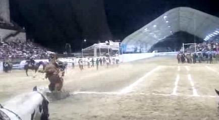 HAY CHARROS Y HAY 'CHARRITOS': Gobernador de Chiapas, Manuel Velasco, cae de un caballo durante una exhibición de charrería