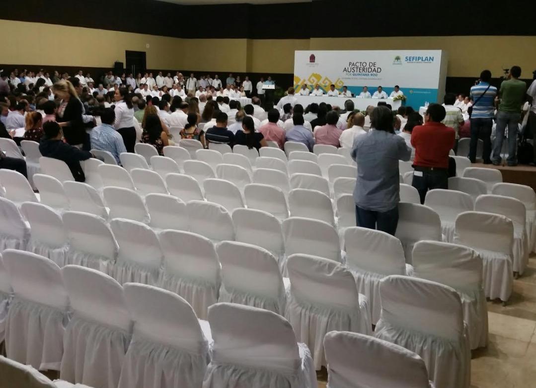 Presentación del Plan de Austeridad. Muchos asientos vacíos.