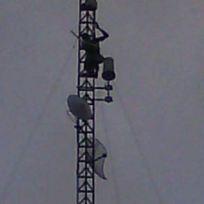 Escala torre un reo y amenaza con tirarse; baja y lo recibe el alcaide… con un beso