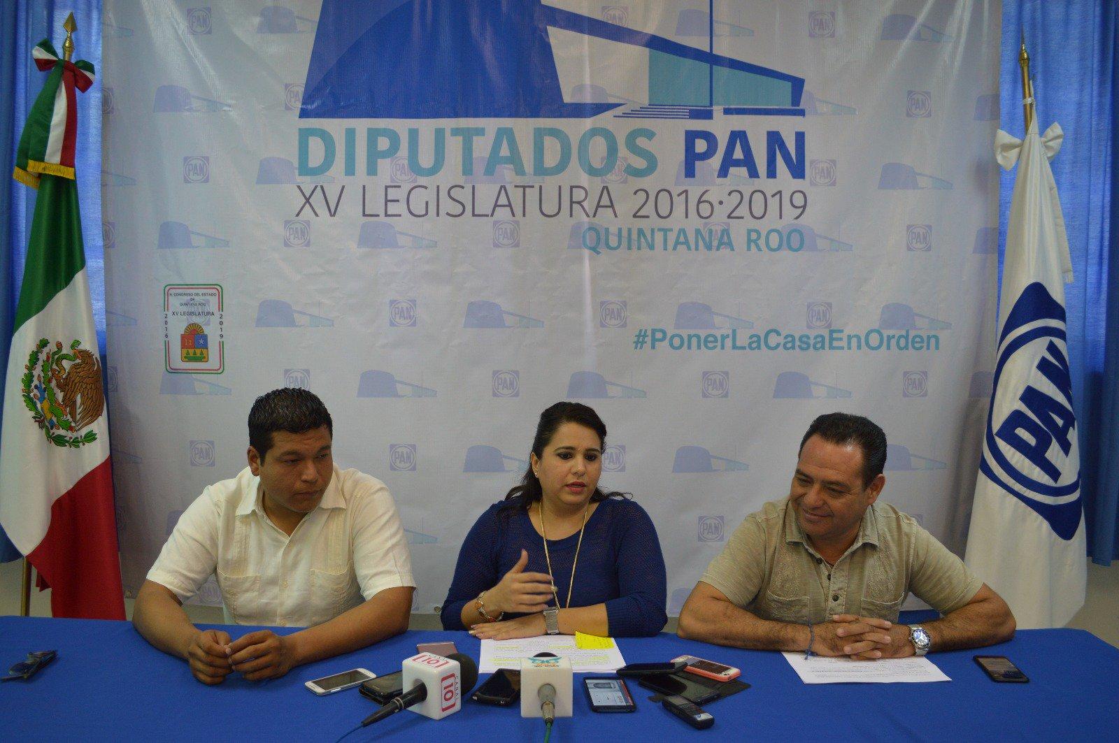 Conferencia de diputados del PAN. De izquierda a derecha: Fernando Zelaya, Mayuli Martínez y Jesús Zetina.