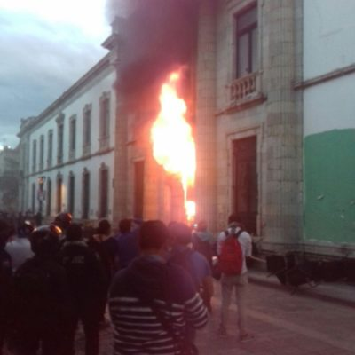 CAOS EN LA UNIVERSIDAD DE OAXACA: Porros se enfrentan con estudiantes y queman edificio histórico